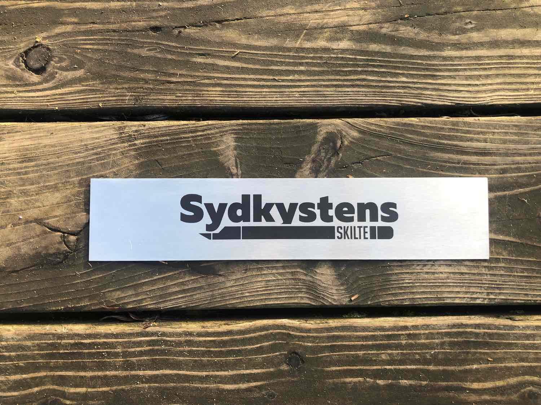 Stål skilte anvendes typisk som dørskilte eller firma/facadeskiltning. Man bruger gerne stål skilte fordi, de holder sig pæne altid og ikke kan ruste.